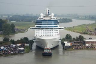 Kreuzfahrtschiff in Papenburger Seeschleuse